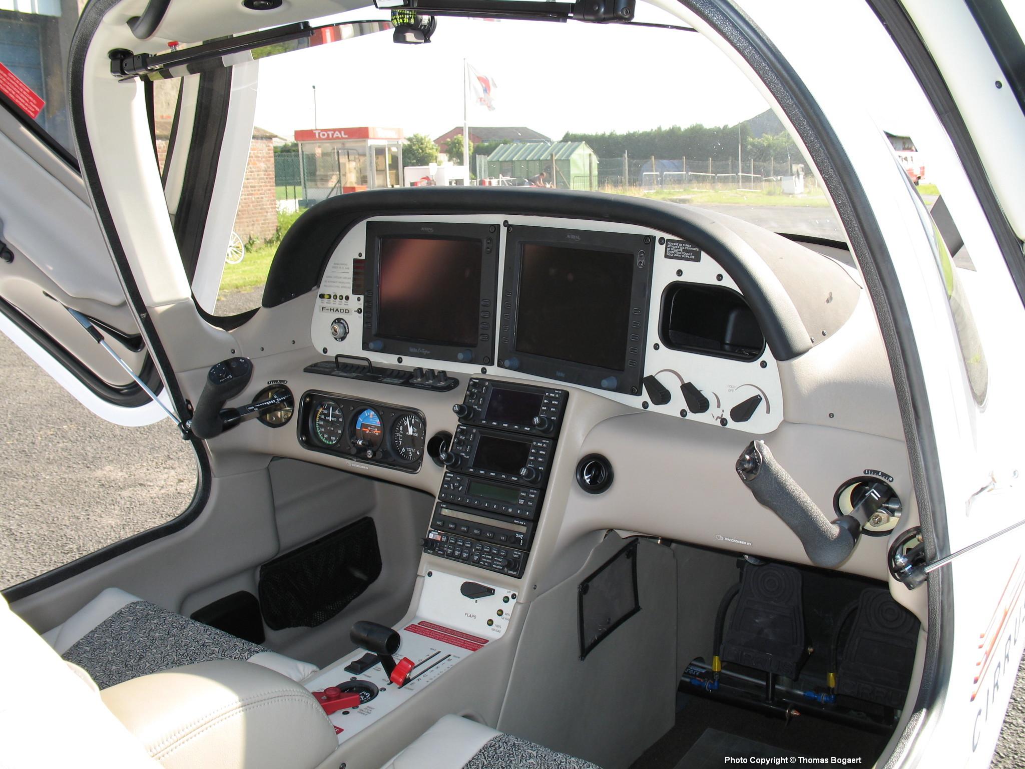 Cockpit avion de voyage l'aéroclub - Le Cirrus